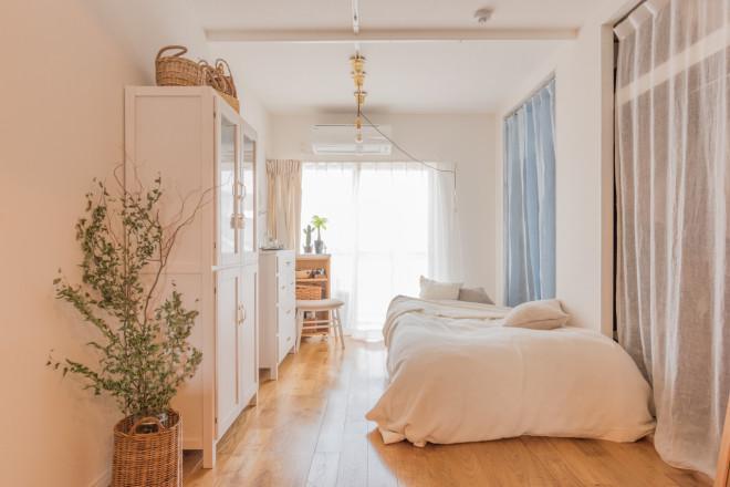 背の高い家具やカーテン、ベッドリネンなど全て「白」で揃えたお部屋。(このお部屋はこちら)