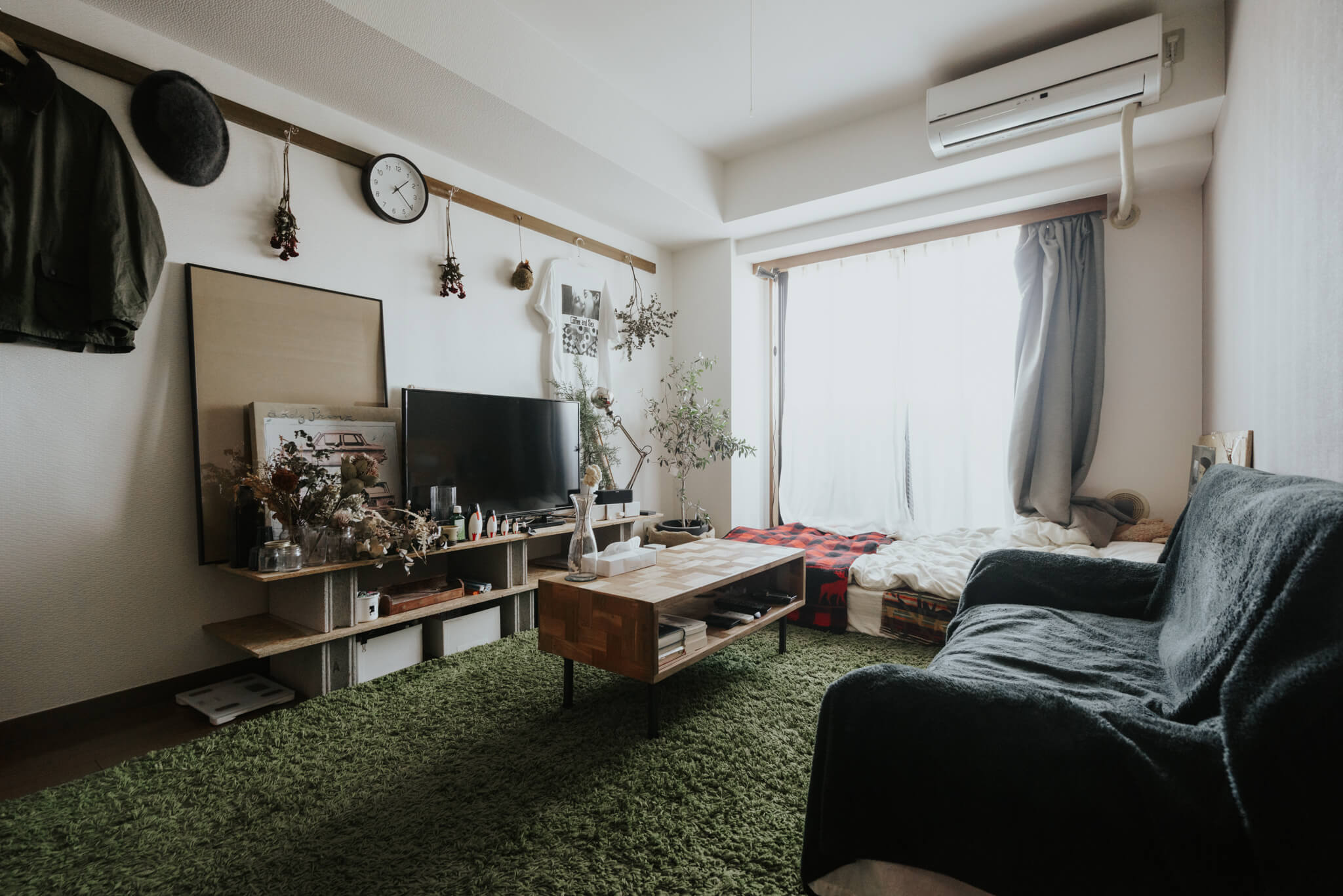 窓にベッドを寄せる時は、光を遮らないようにすのこやパレットを利用した、なるべく低いベッドを選ぶのも大事です!(このお部屋はこちら)