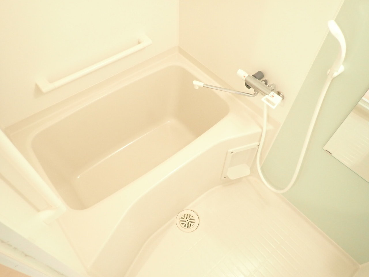 バスルームも爽やかで、明るい印象ですね。リノベーションでは難しい、配管の取り換えまで済まされているので、安心して生活できそうです。