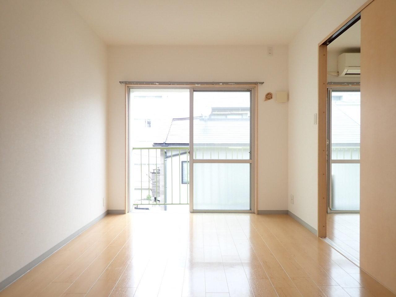 ダイニングから続く洋室も大きな窓が。梁などがないので、隅々まで物が置けますよ。こちらの部屋はテレビやソファなど、ゆっくりできる場所を作りましょう。