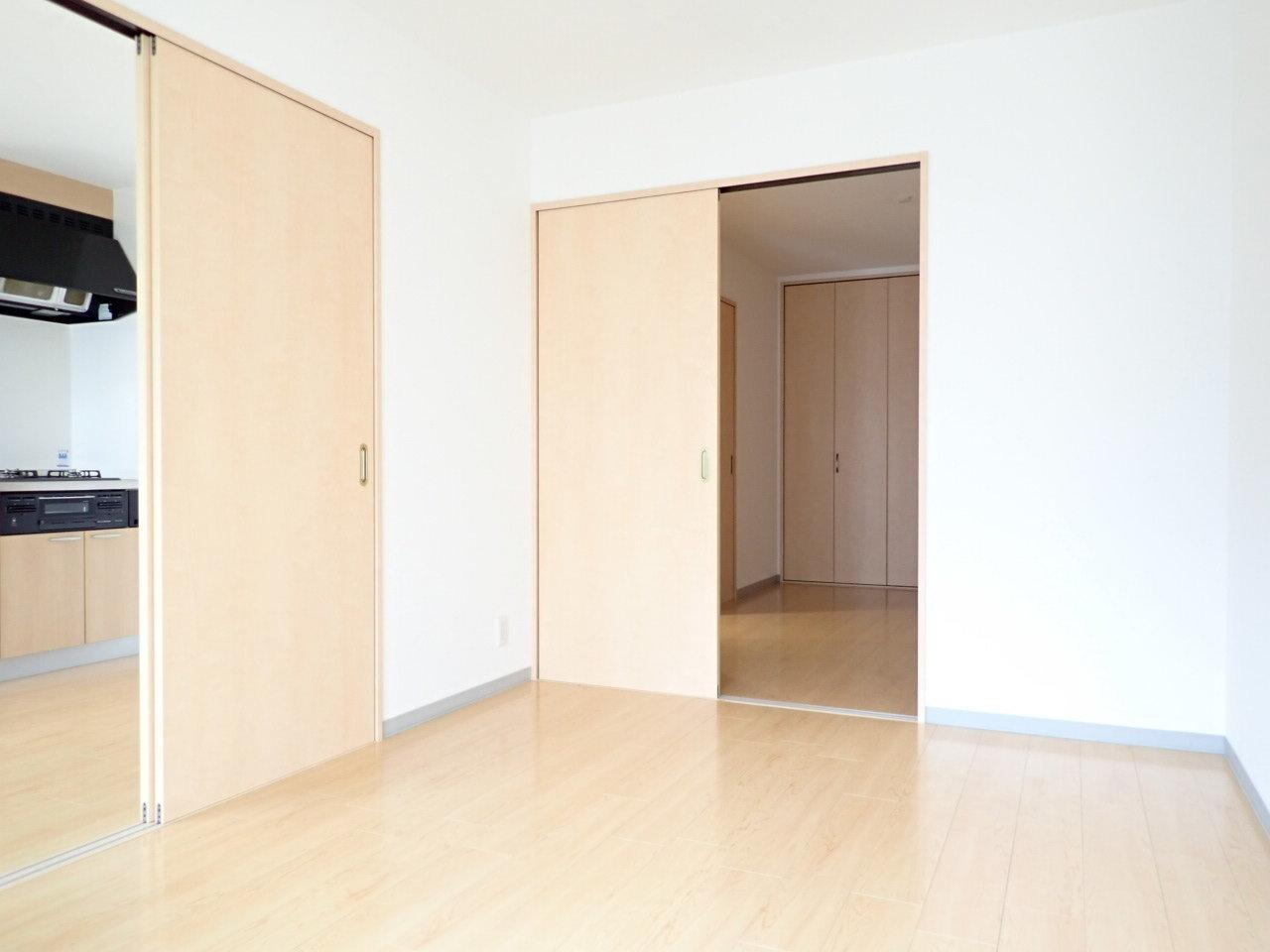 さらに奥へとつながっているお部屋は5.5畳の洋室。大き目のクローゼットもあってとっても使い心地がよさそう。寝室にしましょうかね。