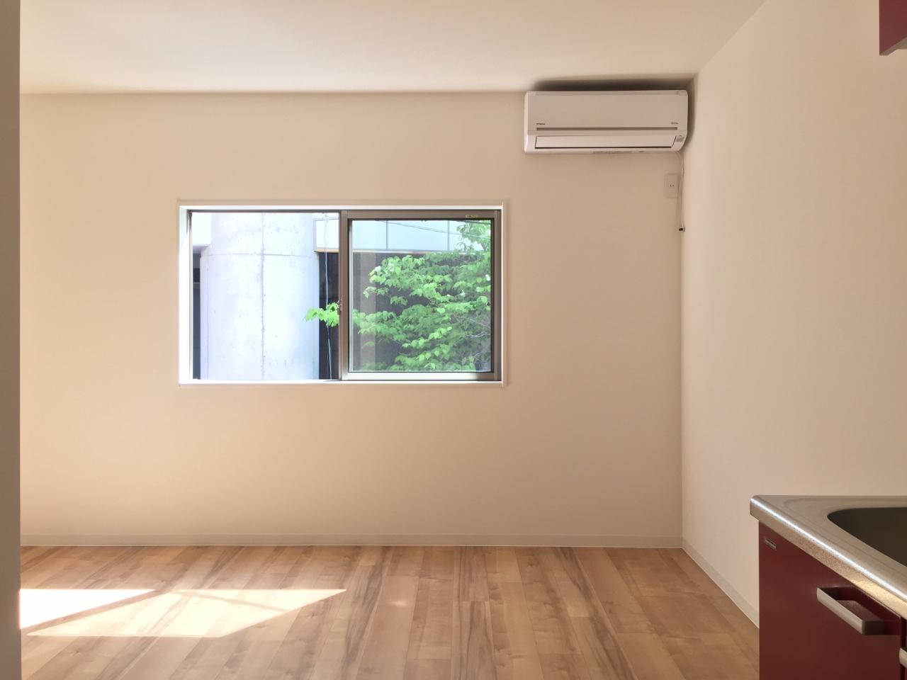 2階のダイニングキッチンは8畳あります。ここは自分のリラックススペースに。ダイニングテーブルとソファ、テレビなどを配置してはいかがでしょう。小さな窓からは緑がちらりと見えて、いい感じ。