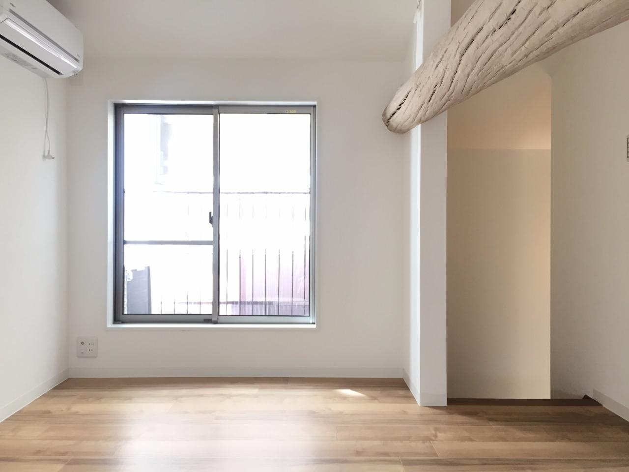 3階建ての戸建て賃貸。1階はバイクガレージと水回り、2階はキッチン&ダイニングスペース、そして3階は寝室となるスペース。階段で行き来するので慣れるまでに時間は少しかかりますが、それでも普通のワンフロア賃貸と比べて住む面白さがありそうです。