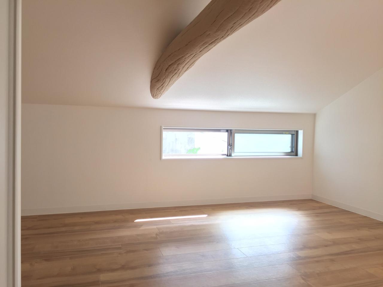 3階には、印象的な1本の梁が通っています。屋根裏部屋に暮らしているような気分になれますよ。