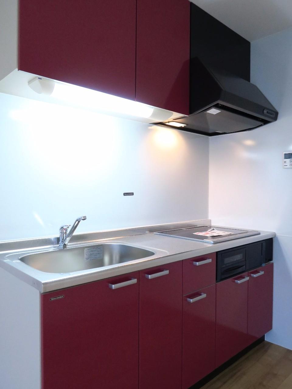 キッチンはIHタイプのコンロにグリル付き。収納スペースも豊富にあるので、食材や食器がたくさんある方にもおすすめです。これで自炊生活も難なくできそう!