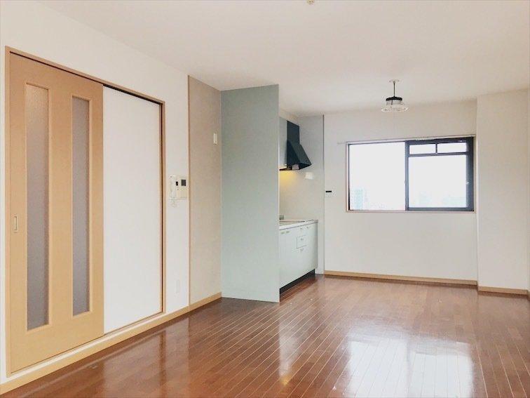 淡いミントグリーンのキッチンがお出迎え。LDKが13畳、もう一つの洋室が7畳という、広さは申し分なしのこちらのお部屋。リビング両端に窓があるので、とっても風通しが良いのです。