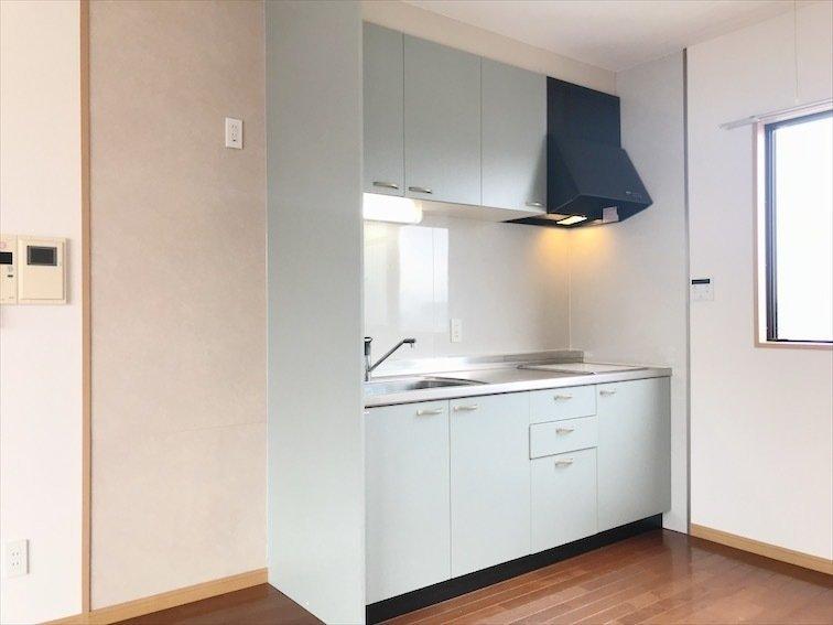 ミントグリーンのキッチンも気になるところですね。収納スペースがしっかりあったり、コンロも完備。おしゃれさと実用性を兼ね備えたキッチンです。