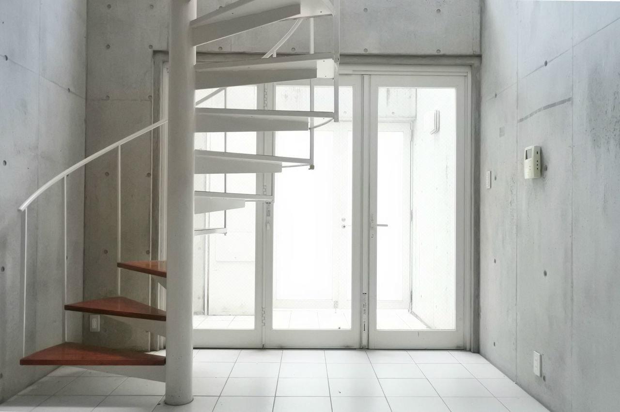 事務所としても利用可能なトリプレットのテラスハウスです。1階は全面タイル張りになっています。