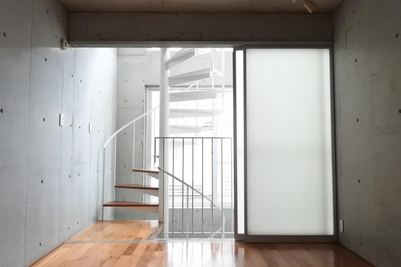1階は応接室/会議室にして、2階のこの落ち着く空間を普段の執務スペースにするのもいいかも。あるいは、プロジェクタを置いてシアタールームにしたり。コンパクトだからこそ、いろんな使い方が楽しめそうです。