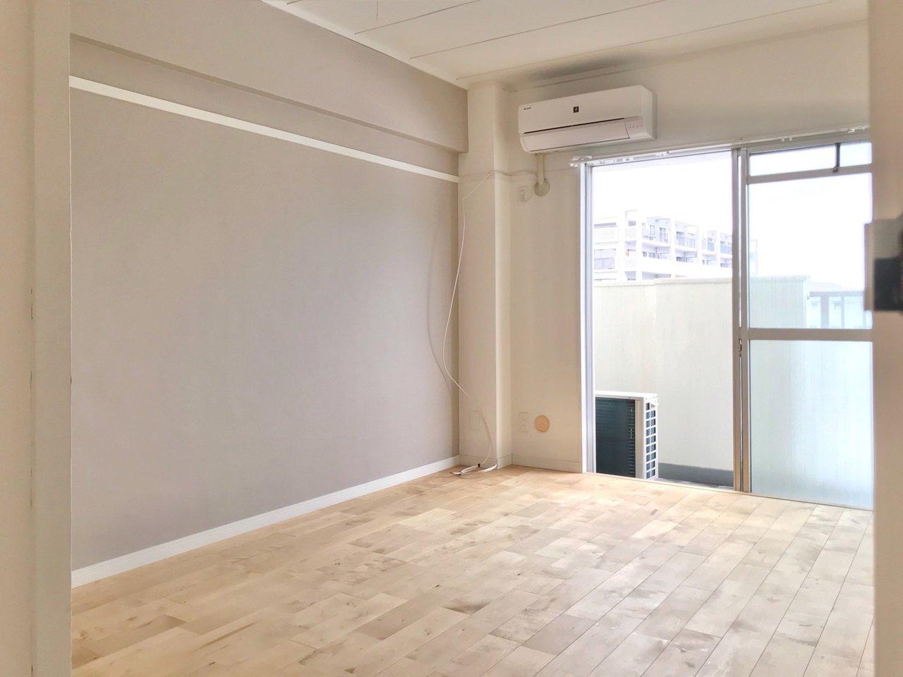 寝室は6畳。こちらもしっかり無垢床。寝室の収納とは別に、ウォークインクローゼットも備えるので、ゆとりがありますよ。