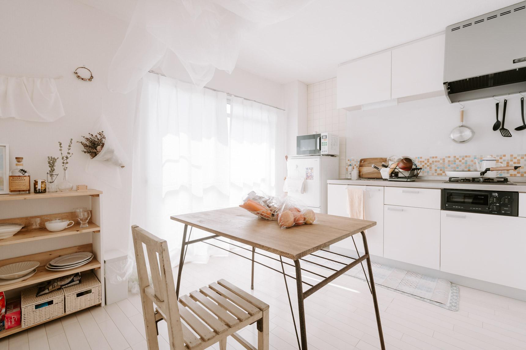 由に照明が付け替えられた居室部分と違って、かなり古い照明が外せなかったダイニングキッチンは、気にならないように白い布で覆って隠しました。