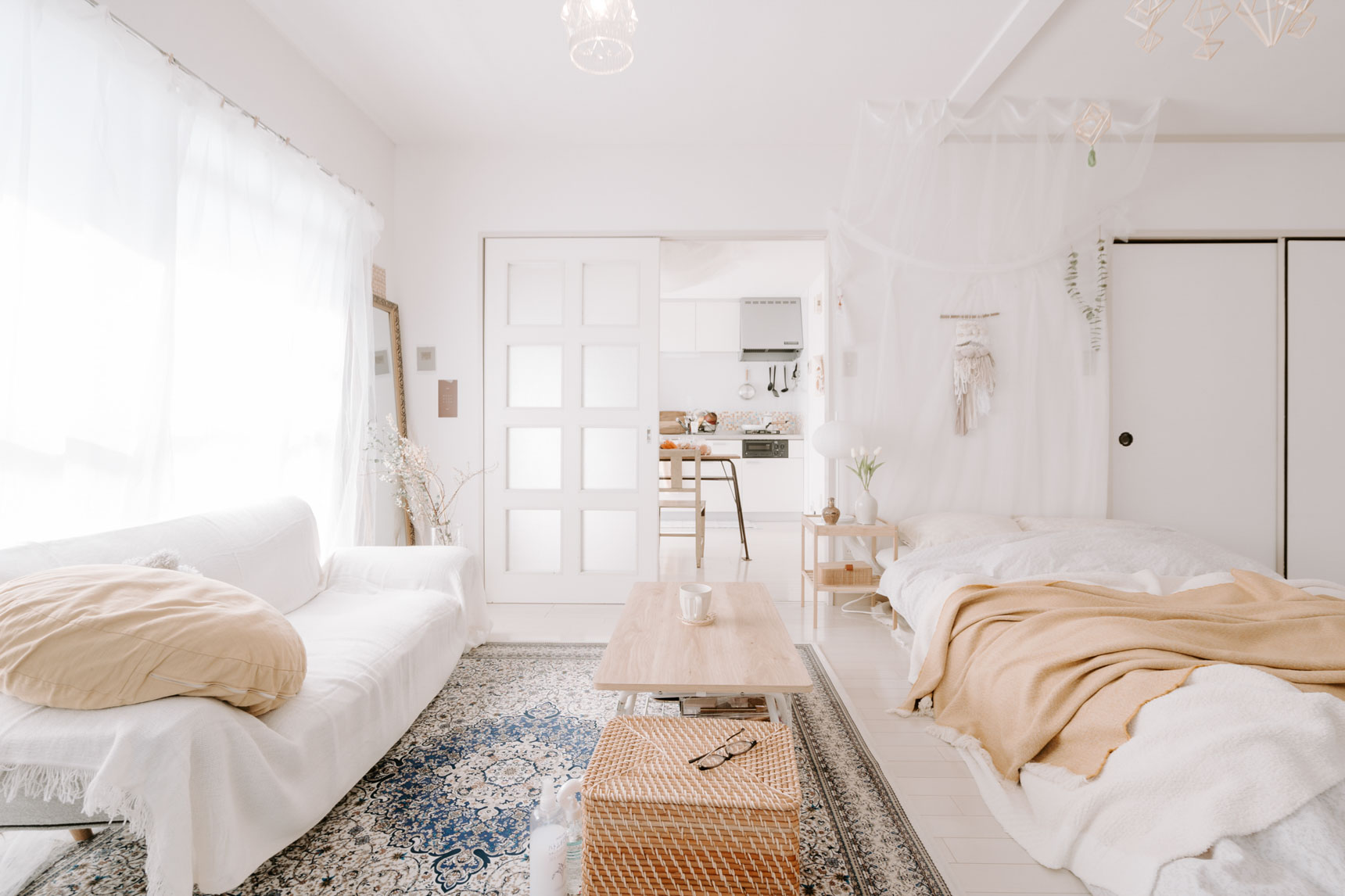 ベッド部分にも、同じように布を垂らして天蓋風にしています。