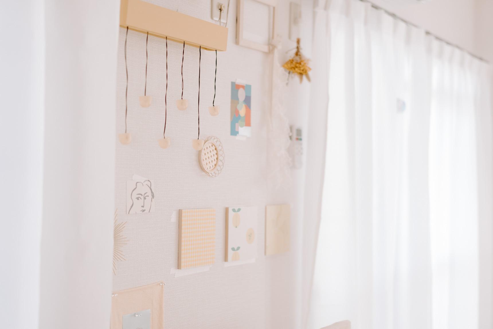 ファブリックパネルやお気に入りのボンボンライトも、部屋のテーマカラーに合うものを。