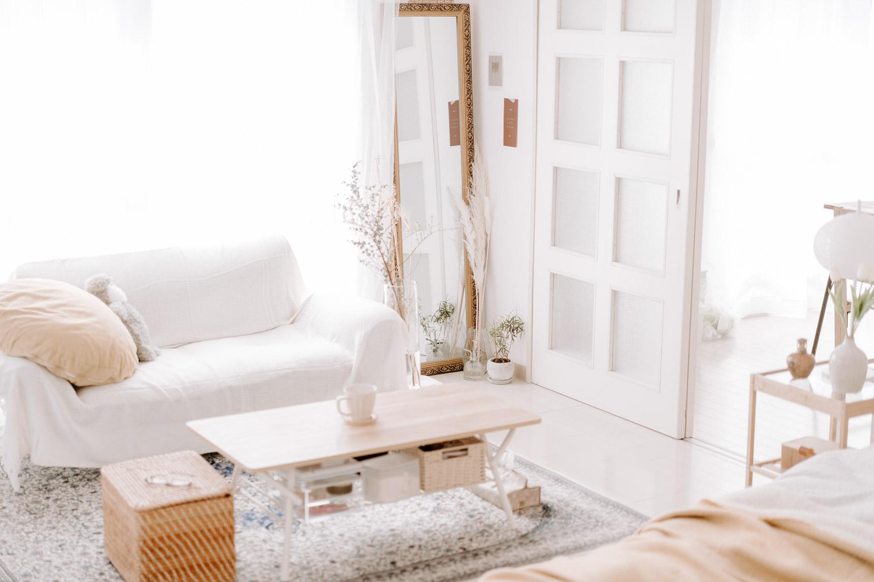 用意した家具は、すのこベッドとソファ、ローテーブル。全体的に低く暮らすことで、お部屋をより広く見せています。