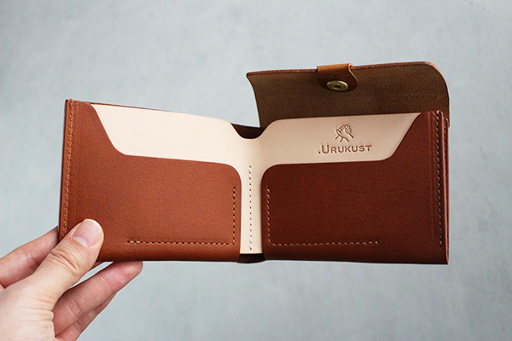 お札を折らずに入れられるタイプの財布。使えば使うほど味のでる革素材もいいですね。