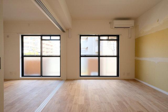 仕切りはあるものの、その幅を広くして広く感じさせる印象に。床もすべて無垢材になったことで明るい印象に。