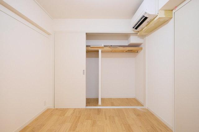 ウォークインクローゼットへと生まれ変わりました。真っ白い壁も清潔感があっていいですよね。