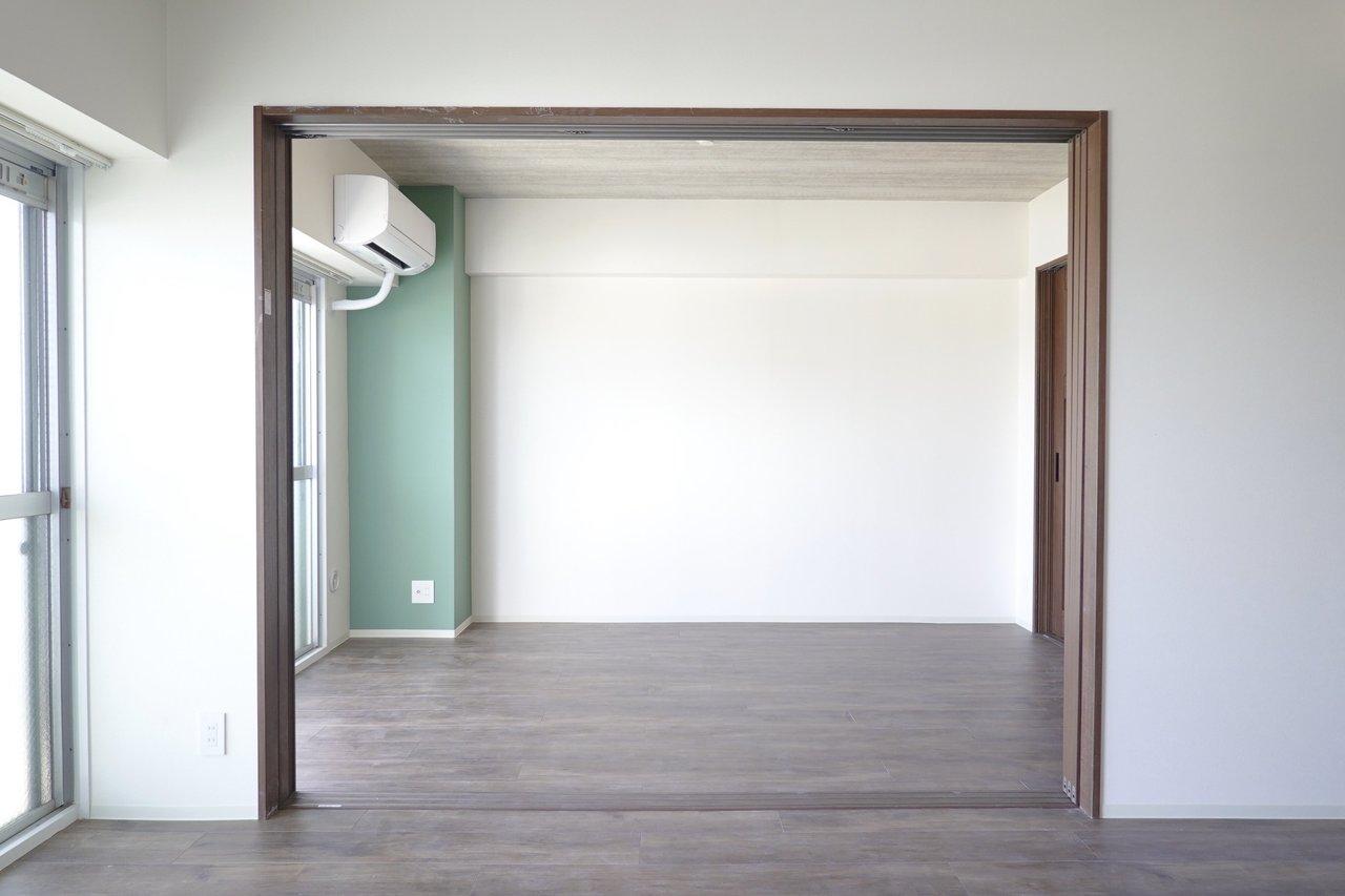 お隣の個室との間には引き戸が付いています。開け放してリビングを広く使うも良いし、個室として使うこともできますよ。