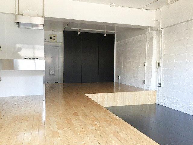部屋全体は22畳もある、広々ワンルーム。段差で下がったところにはベッドを置いてもいいし、みんなが集まったとき用に大きなテーブルを置いてもいいですね。段差がいい塩梅に背もたれになるかも。