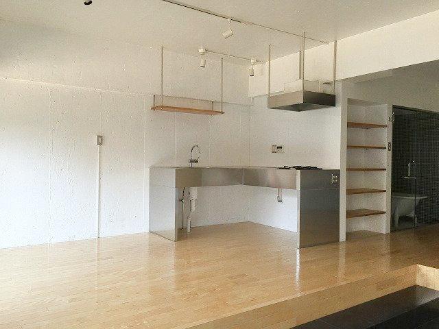 キッチンはステンレスでかっこいい印象で。L字型になっているので、意外と物を置いても余裕があるくらいの広さがありそうです。収納スペースはないので、自分でシンクしたに棚を作っておいてもいいですね。