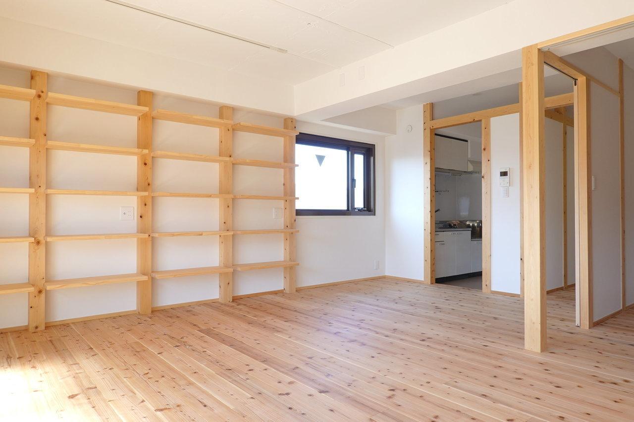 壁に取り付けられた木の棚、床、洋室との仕切り……。あらゆる場所に無垢材が使用された、あたたかで心地よい1SLDKのお部屋です。棚には本や花、照明、収納。できればうまく魅せたくなる。腕がなりますね。