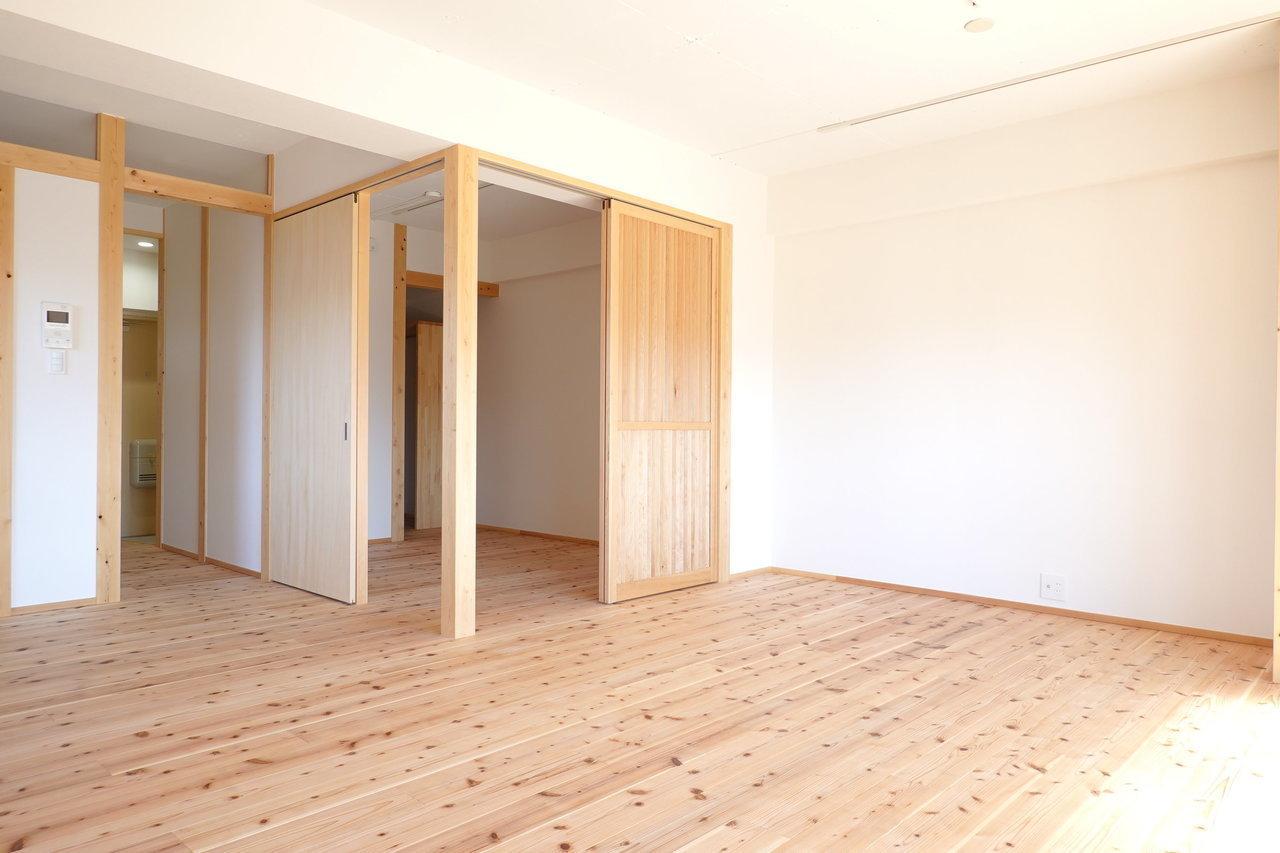 洋室との境の扉も、もちろん無垢材で。