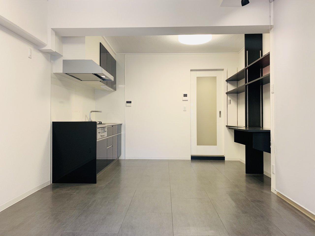キッチンはシンクも広く、3口コンロ。背面には壁面収納スタイル。さらにデスクもついているので、パソコン作業などはここでやってもいいかもしれません。