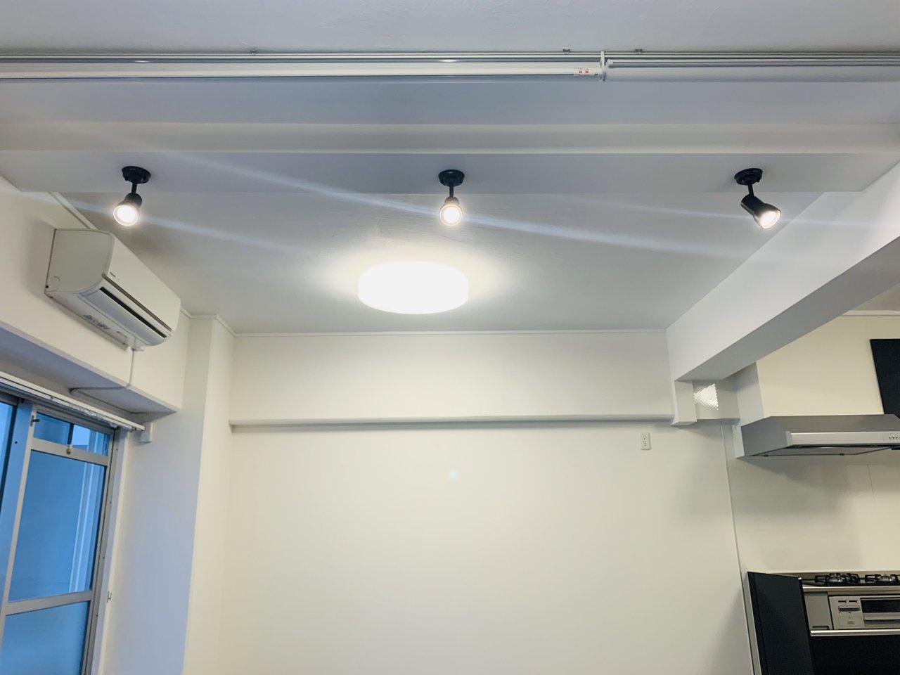 備え付けのスポットライトをうまく活用すれば、部屋全体を広く見せられそうです。