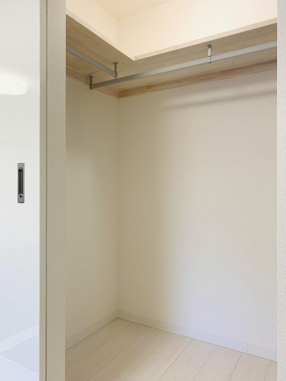 小上がりである畳の部分には、ウォークインクローゼットがあって、収納場所にも困りません。