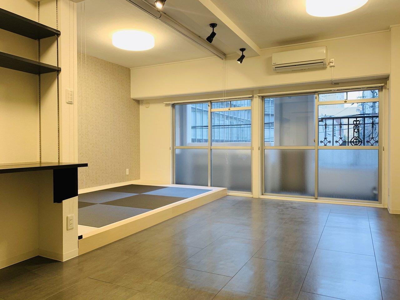 名古屋駅から徒歩15分。とっても便利な場所にできた1LDKのリノベーション物件です。部屋全体はモノクロカラーで統一されています。奥に見える部分は琉球畳が敷かれていて、和モダンな印象に。