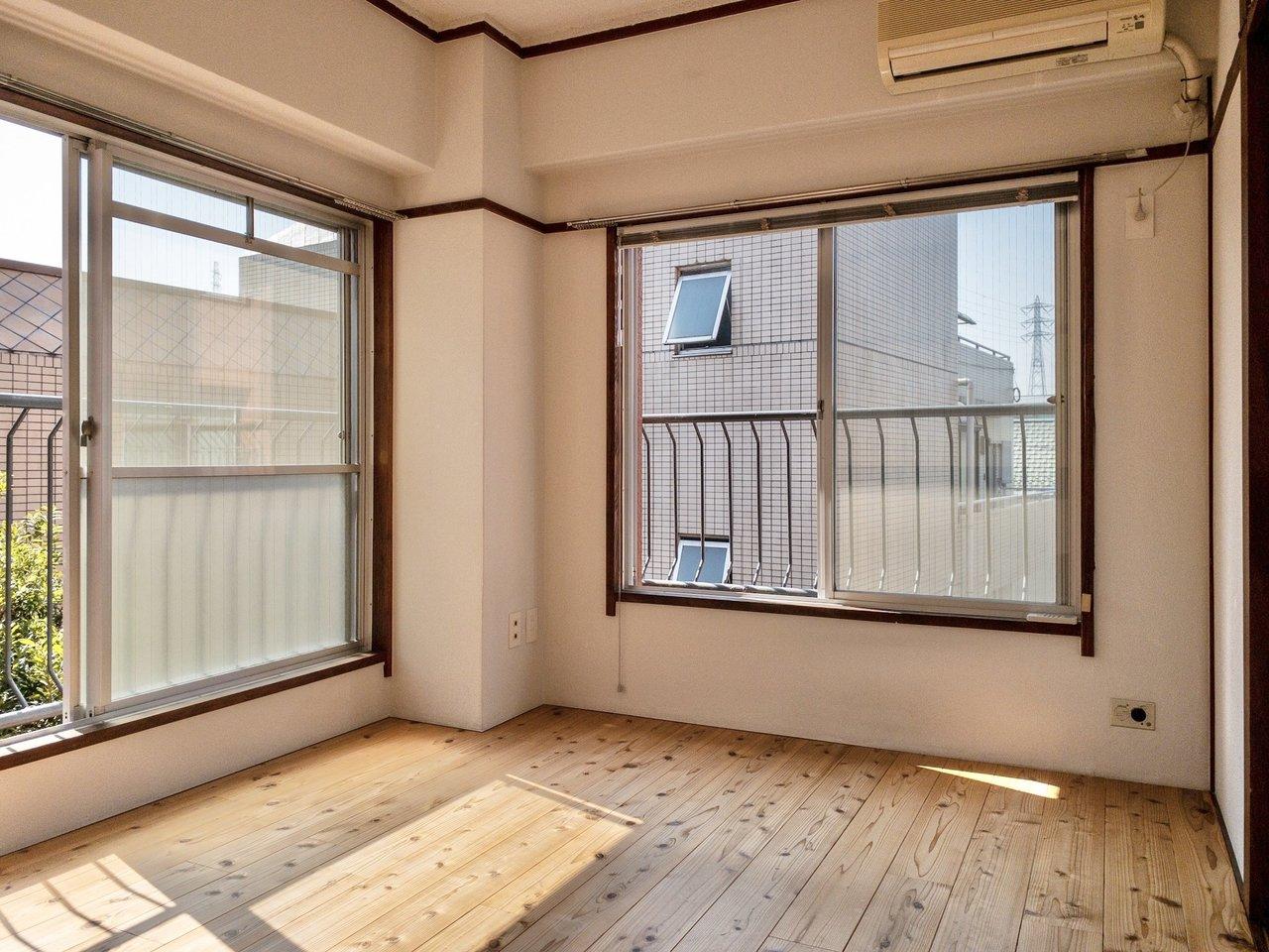 元は和室のお部屋をリノベーションしているので、ところどころにレトロさは残るものの、フローリングになっているなど、とても使い勝手がよくなっています。窓も大きく二面採光。