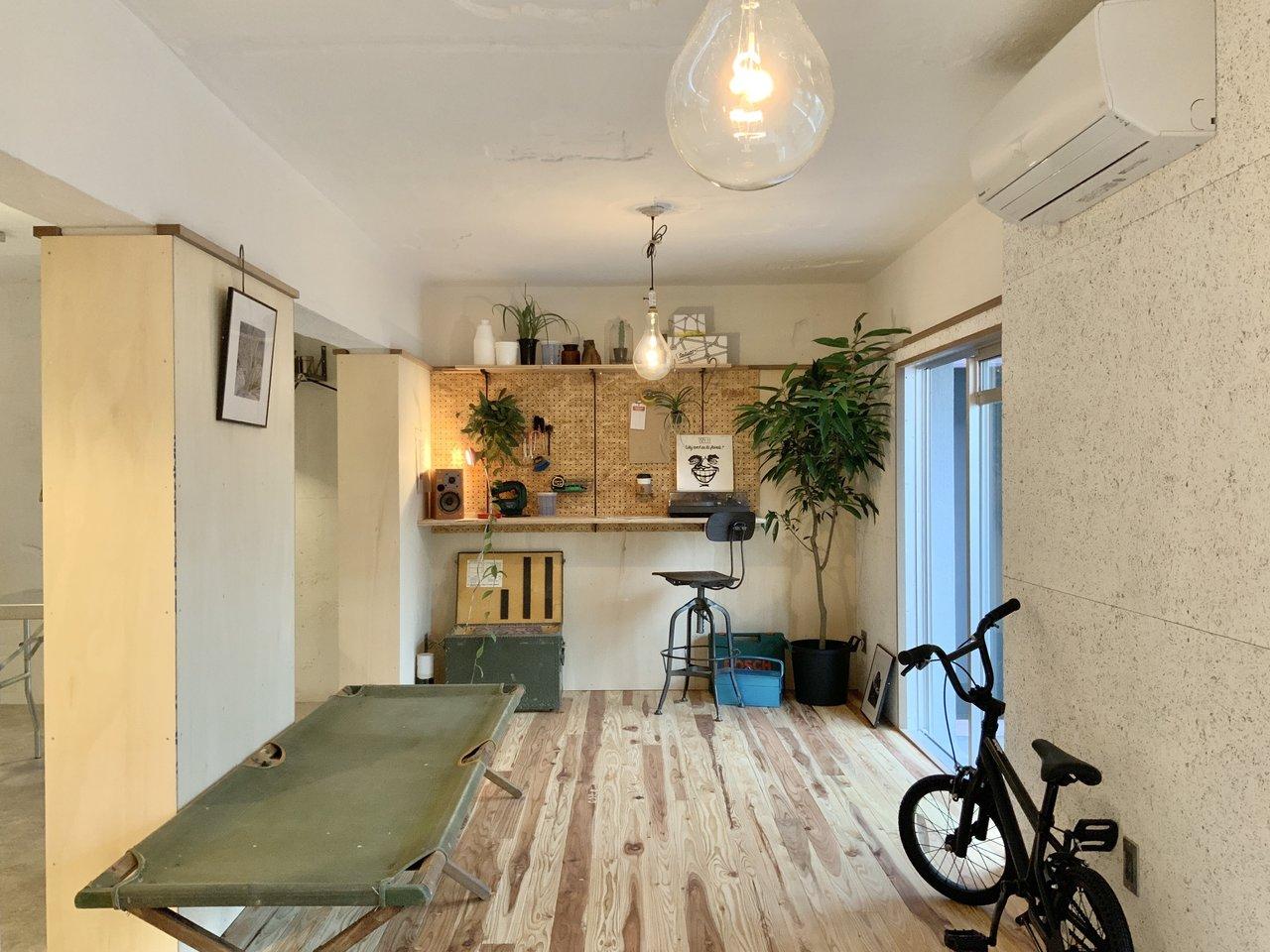 37㎡ある、1DKのお部屋。床は無垢材を使用していて、とっても温かみがありますね。しかもなんとこちらの物件DIYし放題!棚を作ってとりつけても、タイルを貼ってもOKなんです。(※写真はすべて1階のモデルルームのものです)