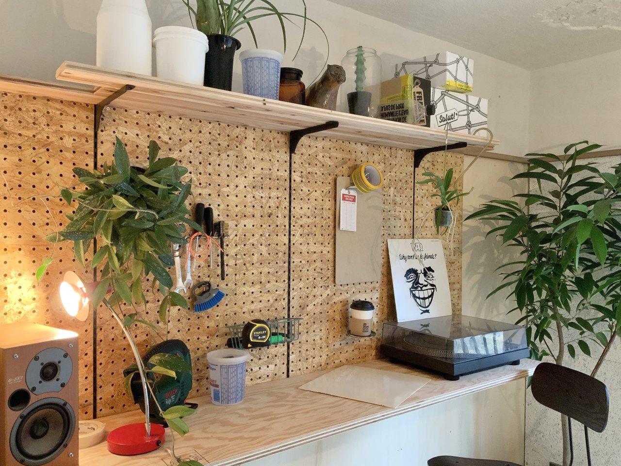 おすすめは、こんな形で有孔ボードを取り付けたりすること。こうすることで、使い勝手の良い作業スペースが簡単にできます。もちろん収納棚としても優秀なんです。こんな風に、自分の思い通りの部屋を作ってみて下さいね。