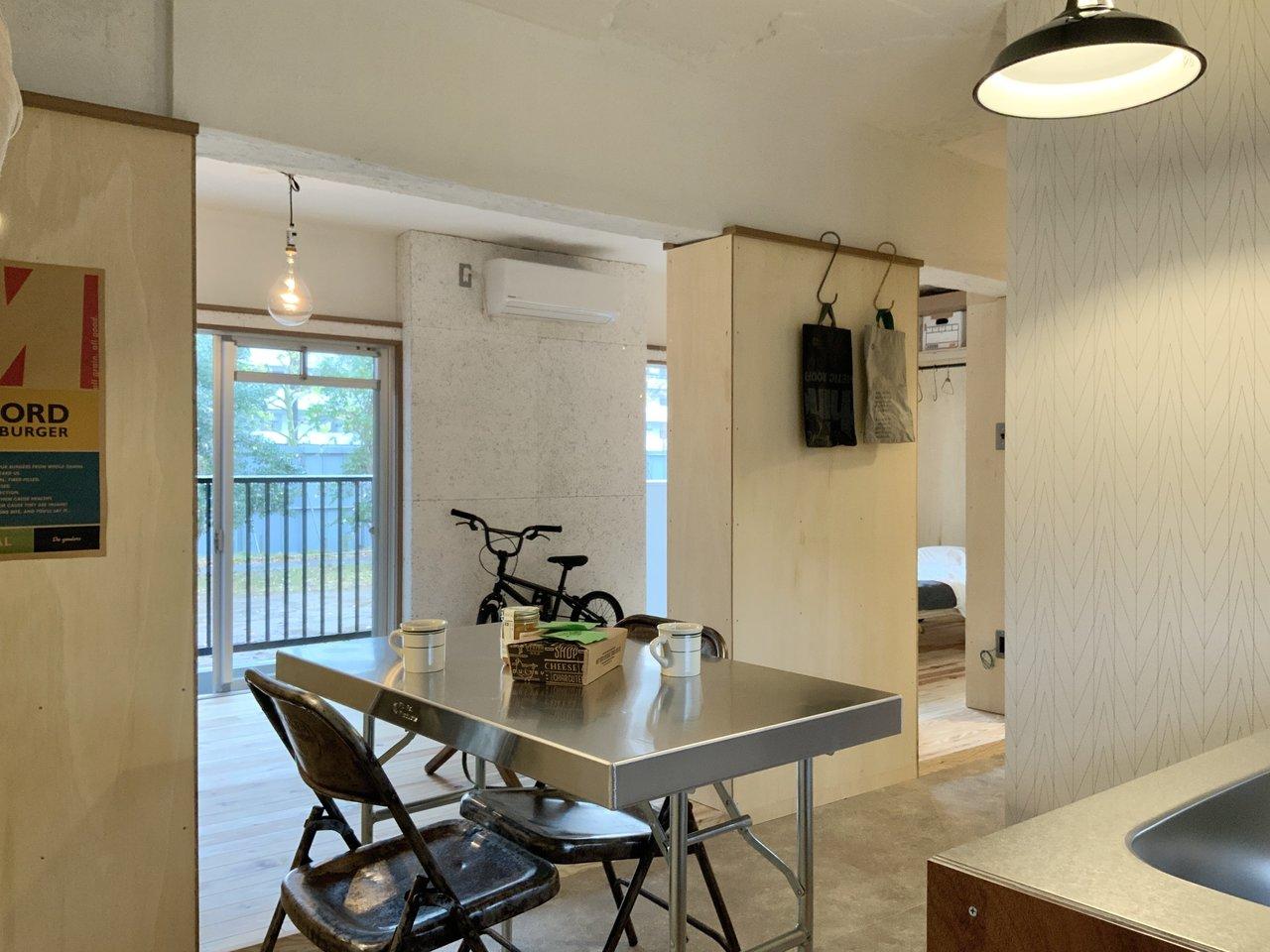 キッチンから見ると、こんな感じ。食べる場所と、リラックスしたり作業をしたりする場所をきっちり分けられるのも、ダイニングキッチンのいいところ。