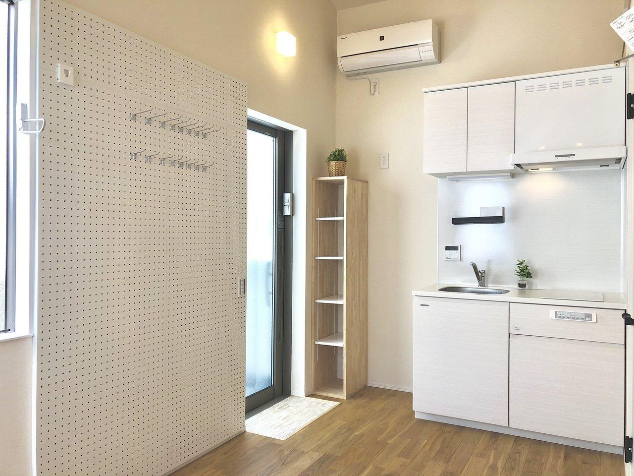キッチンは白で明るい印象がありますね。コンパクトな形ですが収納スペースもしっかりありますよ。IHの2口コンロ付きで、すっきりとしたキッチンです。