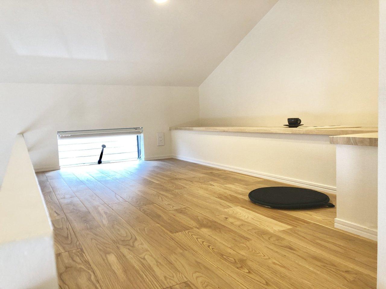 そう、ロフト付きのお部屋だからなんです。ベッドを置かなくていい分、広々とリビングを使うことができるというわけ。ロフトには窓やベンチ部分もあって、閉塞感がなく使い勝手がよさそうでいいですよね。