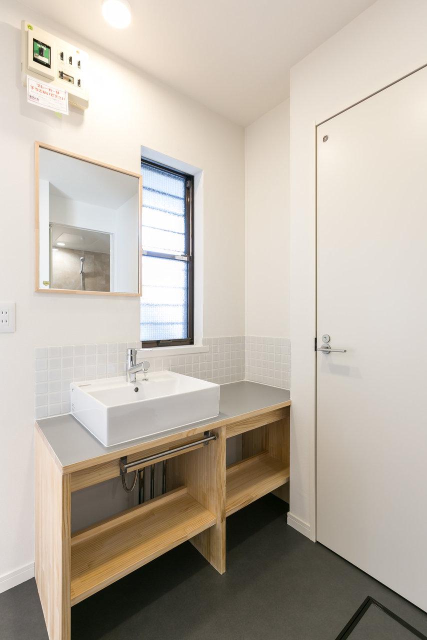 もちろん洗面台も素敵にリノベーション。グレーの天板が落ち着いた印象で、まるでホテルの中のように見えますね。