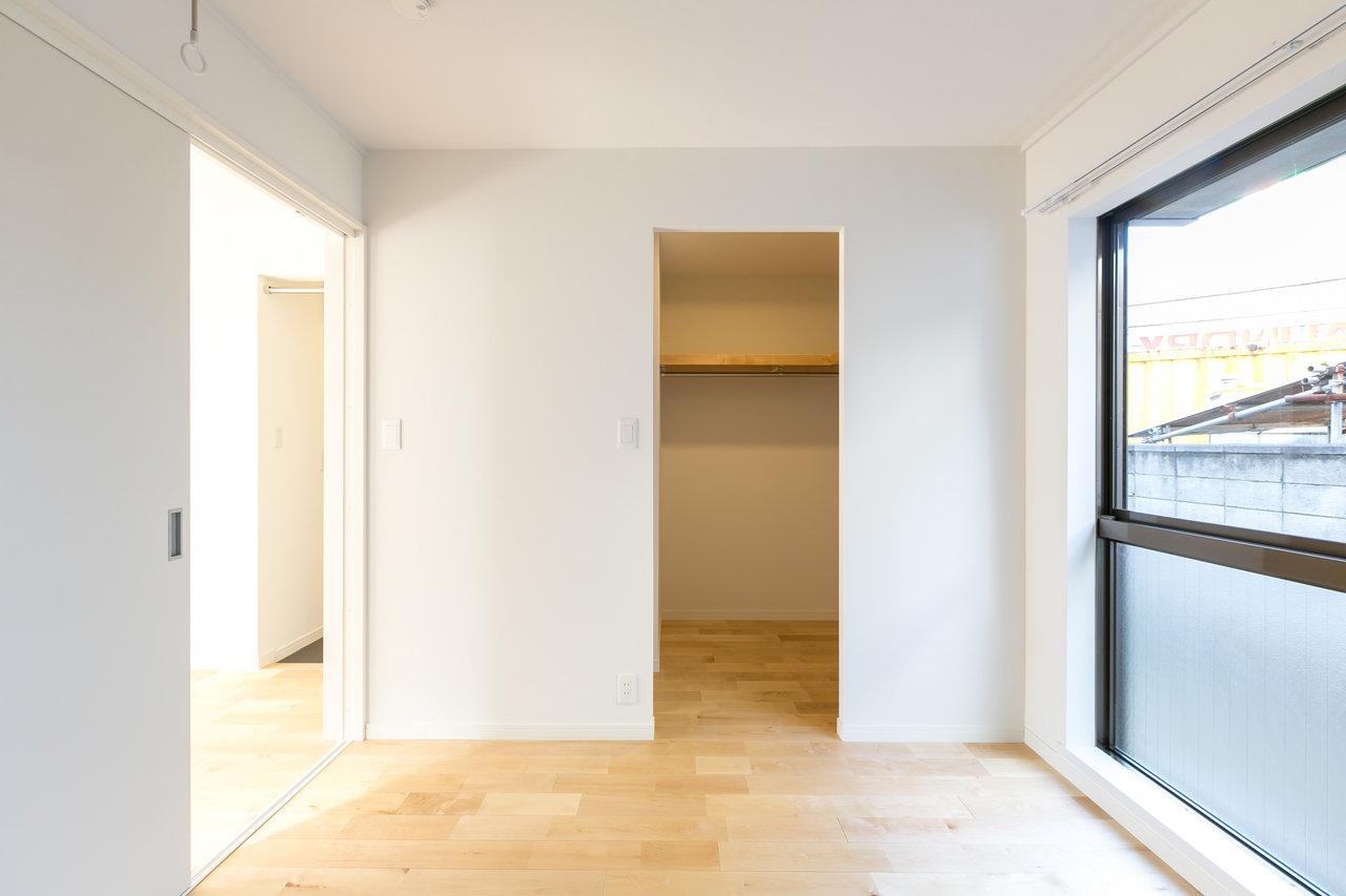 寝室となるであろう、洋室部分にはウォークインクローゼットも完備。二人暮らしでも、荷物の多さは気にならないかも。