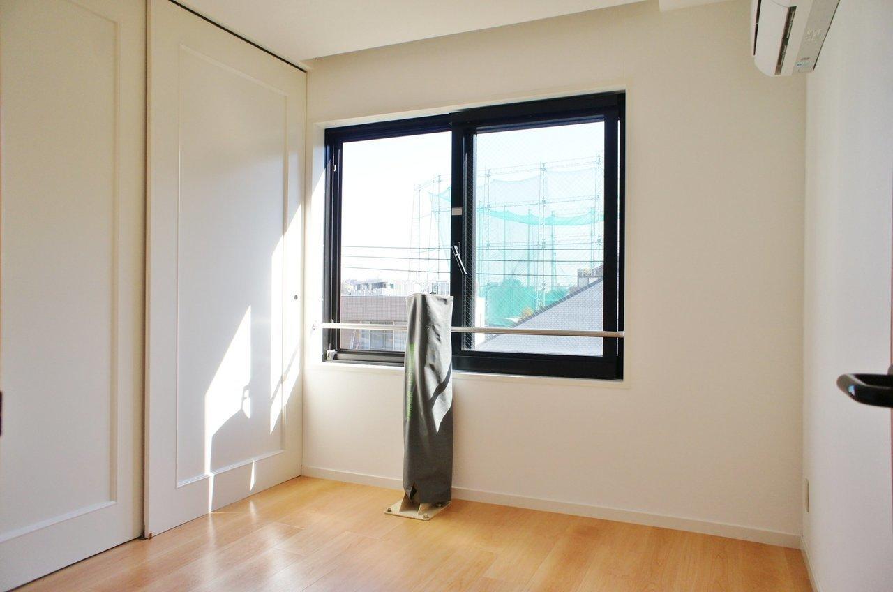 5畳の個室は少々コンパクトですが寝室としては十分な広さ。収納スペースもかなり大きいので、安心ですよ。