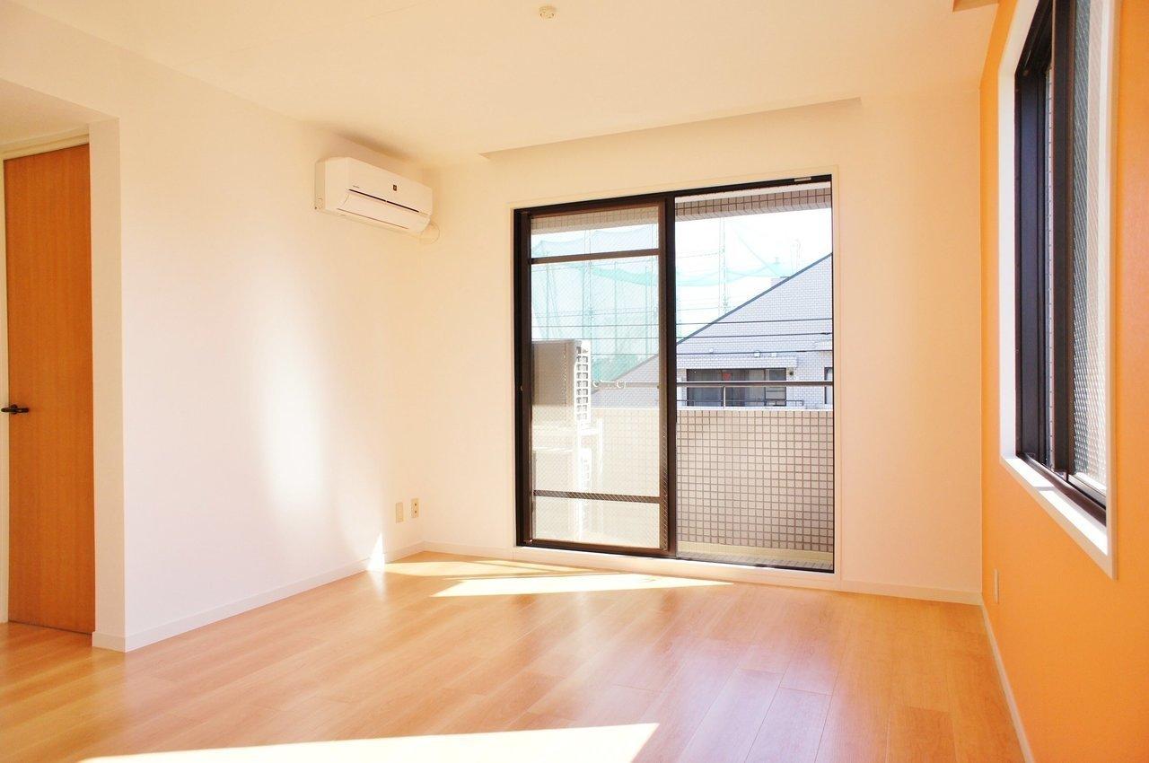 最後にご紹介するのは、まぶしい光とオレンジ色の壁紙がむかえてくれる、1LDKのお部屋。帰ってくるたびに元気が出そう!