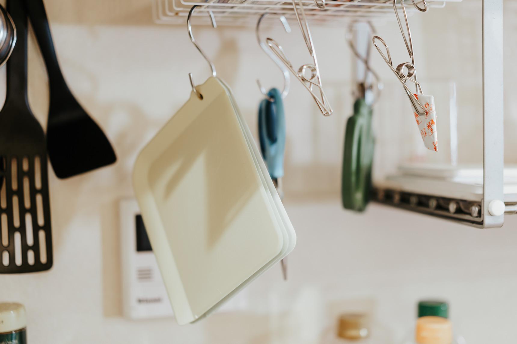 一人暮らしの小さなキッチンにもぴったり。使い分けできる「プチまな板」