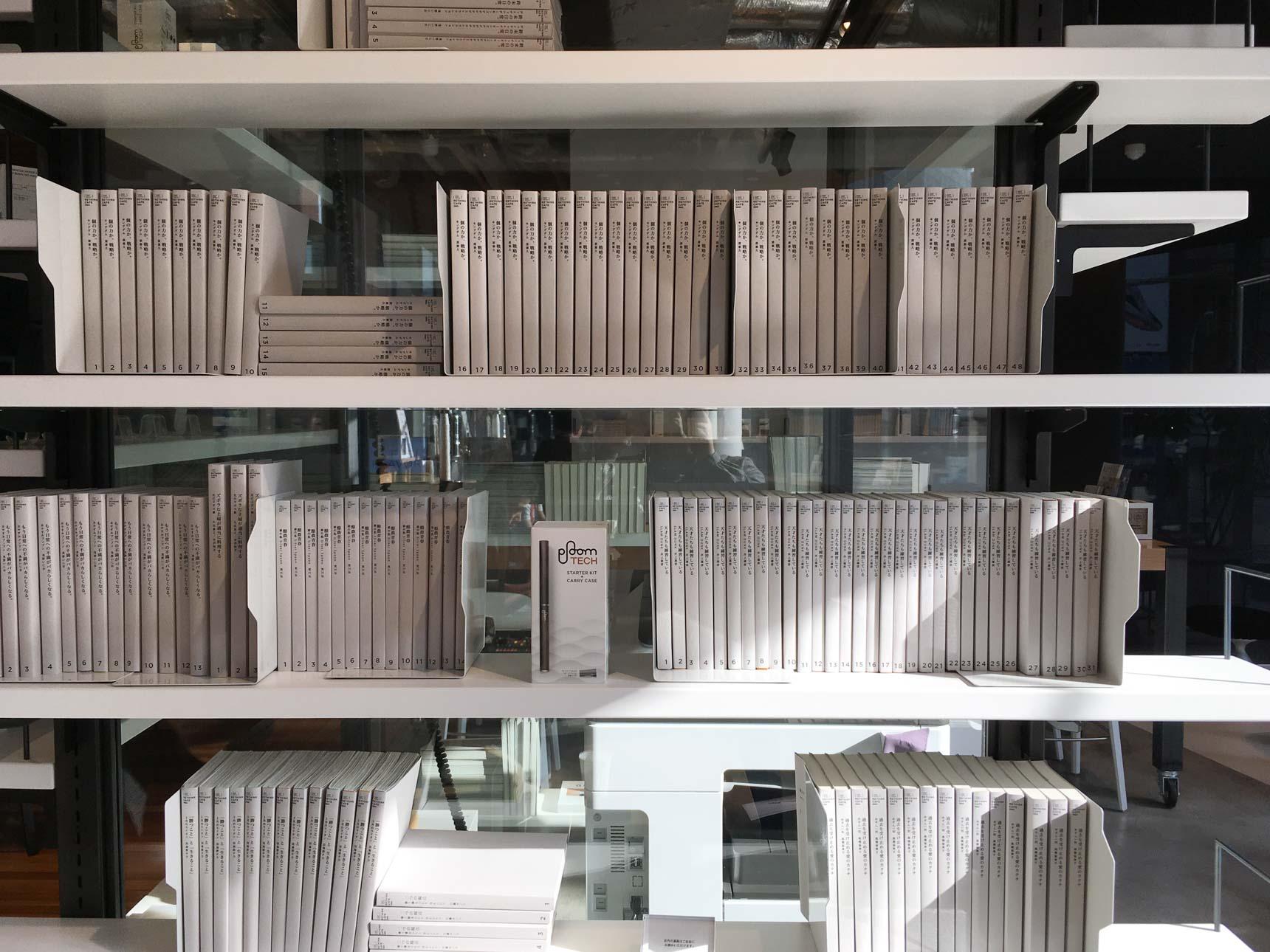 ここに並んでいるとてもおしゃれな本、「スラムダンク全巻」だって気づきました…?市販されているブックカバーを使うか、自作するのも面白そう。カバーを裏返すだけでもOK(こちらはRETHINK CAFE SHIBUYA)