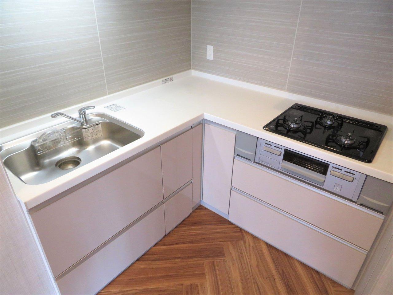 ちなみにキッチンはL字型になっています。その分普通のキッチンよりも作業スペースが広めになっているので、調理家電を置いたり、調味料を置いたり、と使いやすいようにアレンジできそうです。