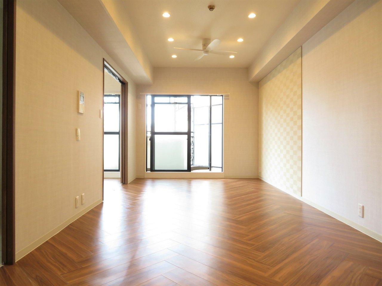 反対側からみるとこの通り。13.2畳のリビングを、ダウンライトが優しく照らします。天井にはシーリングファンもありますよ。おしゃれでかっこいい!