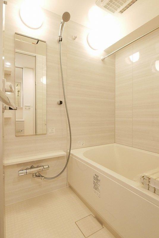 浴室乾燥機付きのバスルームも見逃せないですね。壁も柔らかい色が使われています。朝風呂を習慣にして、爽やかに毎日がスタートできそうなお部屋です。