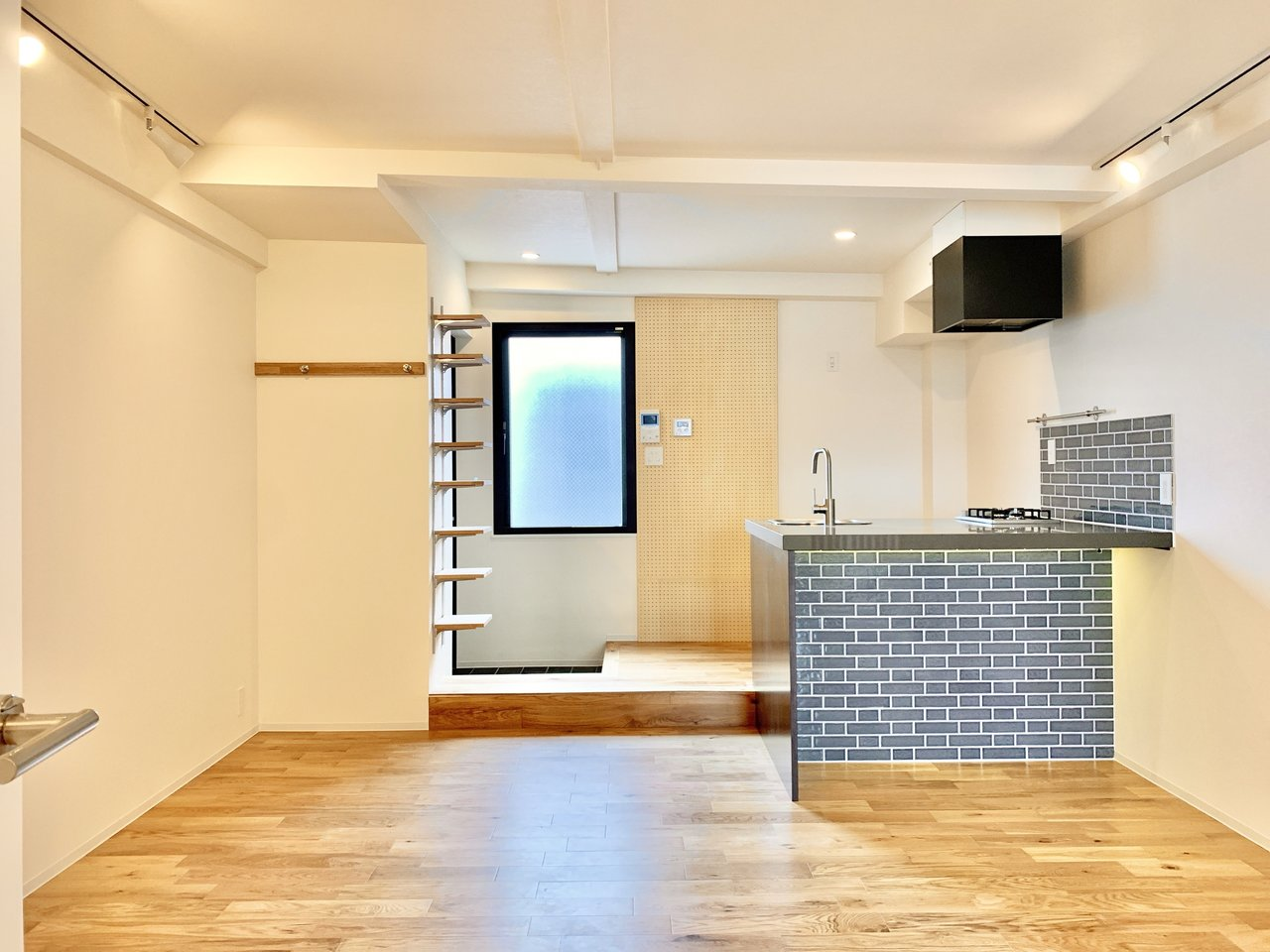 なんと18畳超えの広々ワンルーム!無垢材を使用した床が、柔らかい印象を演出してくれています。レンガ調のカウンターキッチンも、おしゃれ。