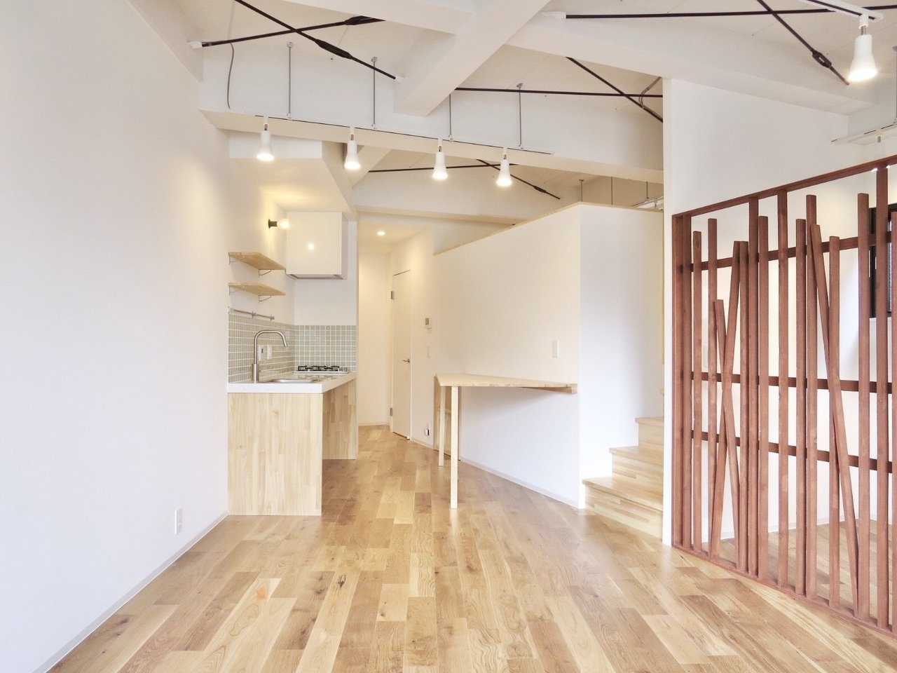 先ほどの部屋に続き、今度は21畳超えのワンルーム物件。部屋が広いといいなって改めて思います。天井も高く、ライトが吊るされていて、かっこよさもあるんです。床も無垢材を使用されていますよ。