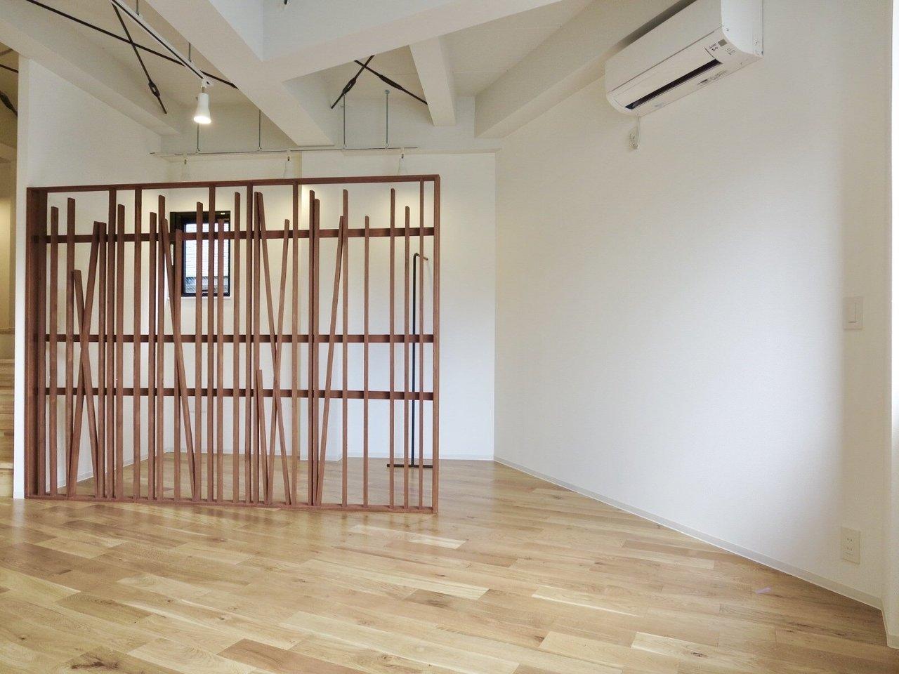部屋の仕切りになっているデザイン性の棚の奥は、オープンクローゼットに。洋服がたくさんある方にはいいんじゃないかなぁ。