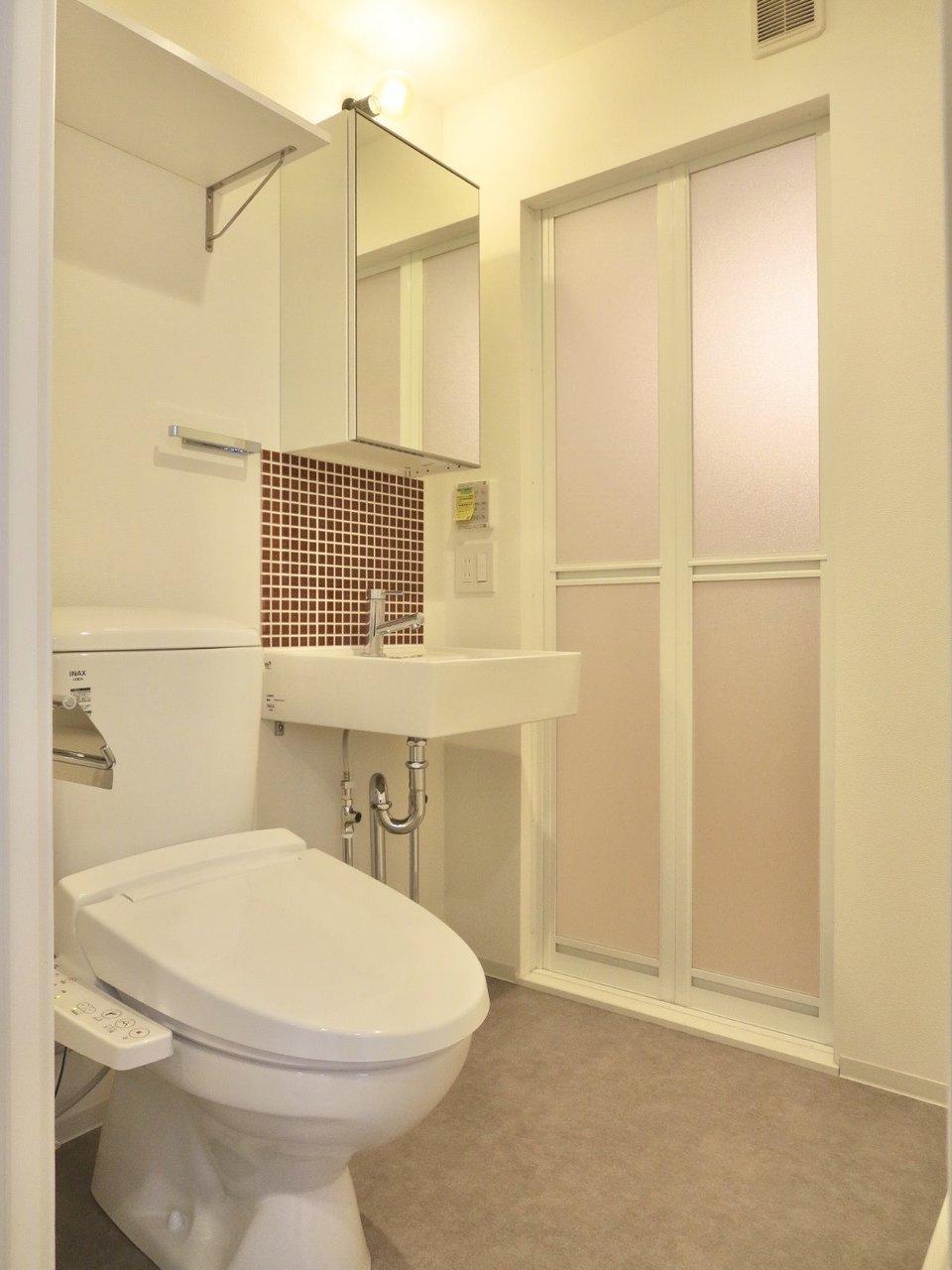 水回りはコンパクトにまとまっていました。洗面台のところに使われている、えんじ色のタイルも、かわいらしくていいですね。