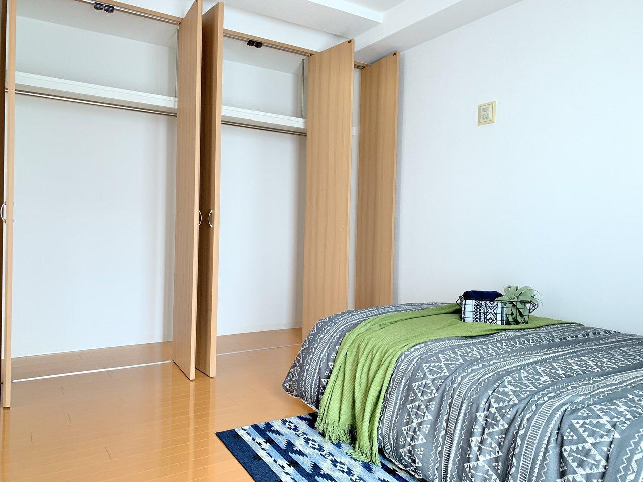 大きな収納のある寝室が2つ、さらに6畳もの納戸がついているので、お部屋の片付けも捗ります。